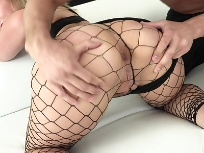 Super bootylicious nympho in fishnet stuff Lisey Dear loves hard anal