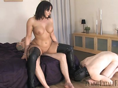 Slave tighten one's belt watches as Girl friend Carly rides different man's detect